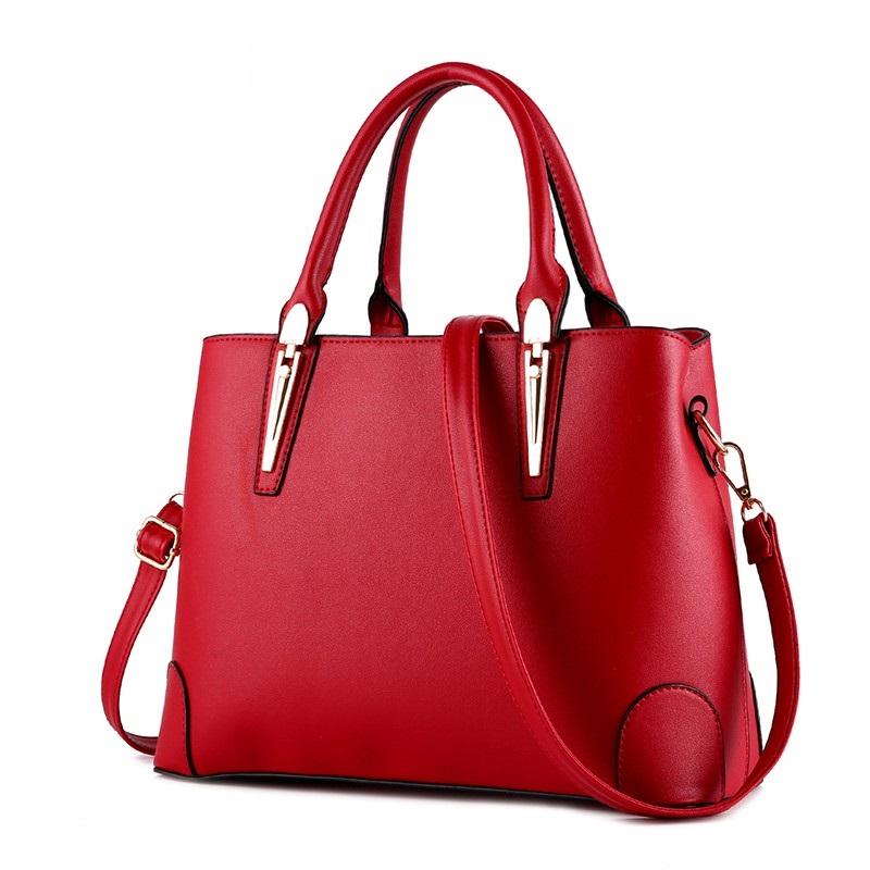 10b9db096030a Czarna torebka jest doskonałym dodatkiem do każdej stylizacji. Te z  internetowego sklepu SAVANI z pewnością przypadną wam do gustu, ponieważ  kupić je ...